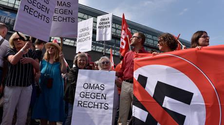 Συγκρούσεις ακροδεξιών με αντιναζιστές στο Βερολίνο (pics)