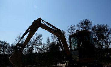 Ξεκίνησαν οι πρώτες κατεδαφίσεις των «κόκκινων κτηρίων» στο Μάτι