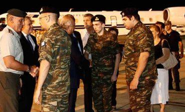 Καρέ-καρέ η υποδοχή των δύο Ελλήνων στρατιωτικών