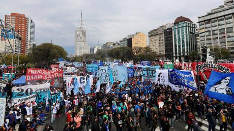 Αργεντινή: Εντείνονται οι διαδηλώσεις για τα μέτρα λιτότητας στο πλαίσιο της συμφωνίας με το ΔΝΤ