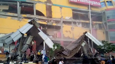 Δεκάδες νεκροί από τον ισχυρό σεισμό και το τσουνάμι στην Ινδονησία