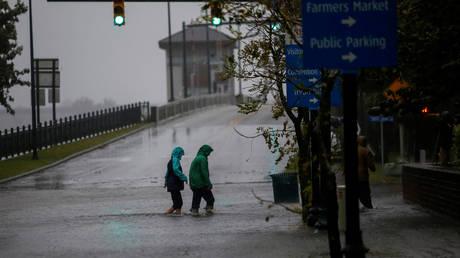 Εξακολουθεί να απειλεί παρά την εξασθένιση ο κυκλώνας Φλόρενς (vid)