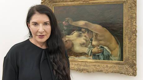 Επίθεση με… πίνακα δέχθηκε η Μαρίνα Αμπράμοβιτς (vid)