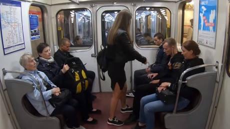 Ο απίστευτος λόγος που ακτιβίστρια ρίχνει… χλωρίνη στους άνδρες που κάθονται με ανοιχτά τα πόδια (vids)