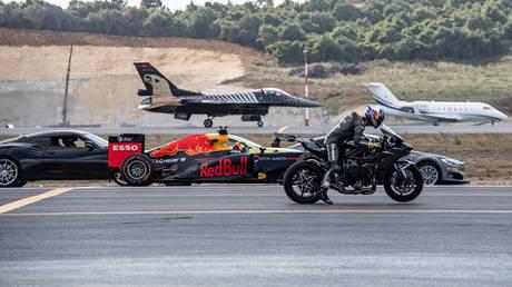 Ο απόλυτος αγώνας ταχύτητας ανάμεσα σε αυτοκίνητα, μοτοσικλέτα, μονοθέσιο F1, επιβατικό τζετ, F-16 (pics&vid)