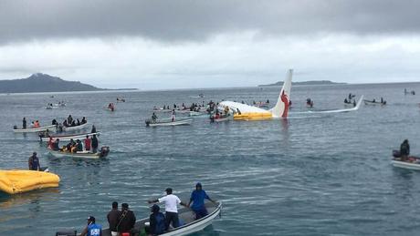 Πτήση «θρίλερ»: Αεροσκάφος προσγειώθηκε σε λιμνοθάλασσα (pics&vid)