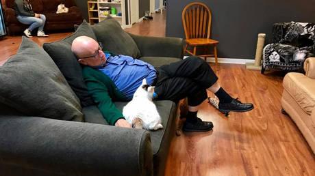 Συγκέντρωσε 30.000 δολάρια, απλά με το να… κοιμάται αγκαλιά με γάτες (pics) (pics)