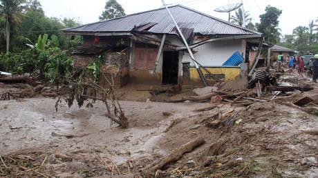 Δεκάδες νεκροί από καταρρακτώδεις βροχές στην Ινδονησία (pics)