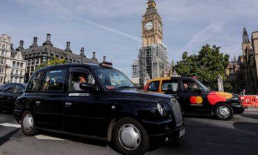 Τα εμβληματικά μαύρα ταξί του Λονδίνου «καταλαμβάνουν» το Παρίσι