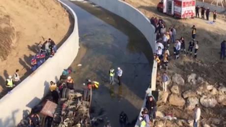 Τραγωδία στην Τουρκία: 19 μετανάστες σκοτώθηκαν όταν φορτηγό έπεσε σε κανάλι (vid)
