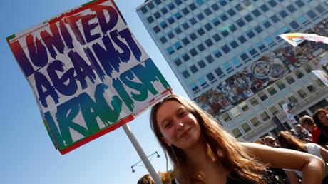 #unteilbar: Χιλιάδες διαδηλωτές στους δρόμους του Βερολίνου κατά του ρατσισμού (pics)