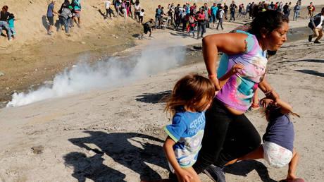 «Νόμιζα ότι θα πεθαίναμε»: Η μαρτυρία της μητέρας-σύμβολο του καραβανιού μεταναστών