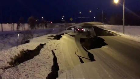 Αλάσκα: Eικόνες καταστροφής μετά το μεγάλο σεισμό – Άνοιξαν στα δύο οι δρόμοι (pics&vids)