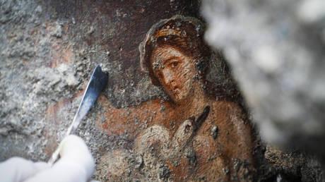 Ανακαλύφθηκε στην Πομπηία ερωτική τοιχογραφία με θέμα την αποπλάνηση της Λήδας  (pics)