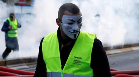 Αντλίες νερού και δακρυγόνα σε διαδήλωση των «κίτρινων γιλέκων» στις Βρυξέλλες (pics&vid)