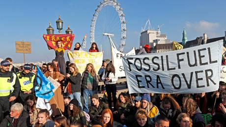 Αποκλεισμός πέντε γεφυρών του Λονδίνου από διαδηλωτές για την κλιματική αλλαγή (pics)