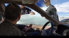 Αστυνομικοί σπάνε τζάμι αυτοκινήτου και σέρνουν τον οδηγό έξω! (vid)