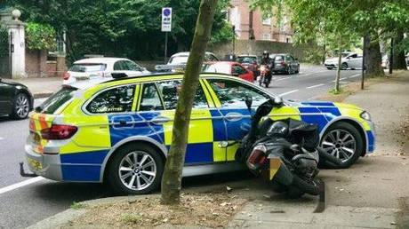 Βρετανία: Οι αστυνομικοί μπορούν ακόμη και να πατούν με περιπολικά τους εγκληματίες με μηχανές (vid)