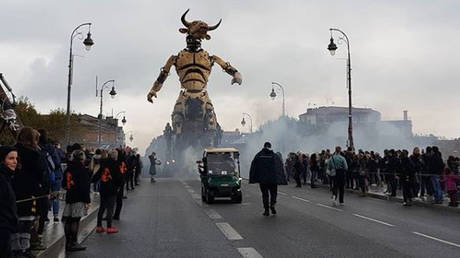 Γιατί ένας γιγάντιος ρομποτικός Μινώταυρος βγήκε «βόλτα» στους δρόμους της Τουλούζης (pics&vids)