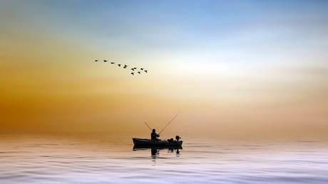 Δεν πίστευε στα μάτια του ψαράς με αυτό που αντίκρισε να επιπλέει μεσοπέλαγα!