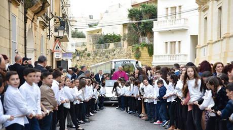 Ιερέας βάζει παιδιά να τραβήξουν την Πόρσε του με σκοινιά, όσο εκείνος χαιρετάει τα πλήθη (vid)