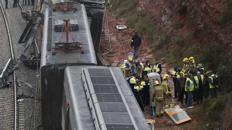 Κατολίσθηση προκάλεσε τον εκτροχιασμό τρένου στην Καταλονία (pics)