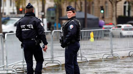 Λήξη συναγερμού στη Γαλλία: Στα χέρια των Αρχών η γυναίκα που απειλούσε να ανατιναχθεί (vids)