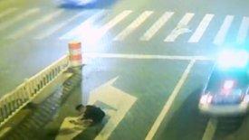 Μεθυσμένος κοιμάται στο δρόμο, τον πατάει αυτοκίνητο και σώνεται! (vid)