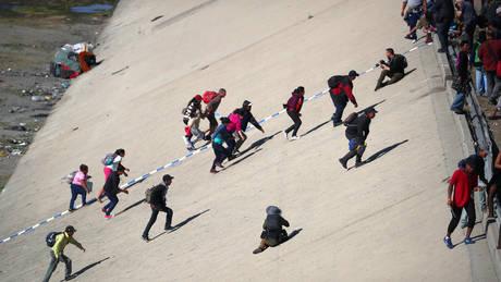 Μεξικό: Οι ΗΠΑ έκλεισαν τα σύνορα όταν εκατοντάδες μετανάστες επιχείρησαν να περάσουν (pics&vid)
