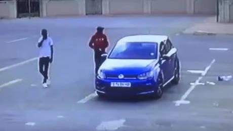 Ν. Αφρική: Βίντεο από την εν ψυχρώ δολοφονία 54χρονου για ένα αυτοκίνητο
