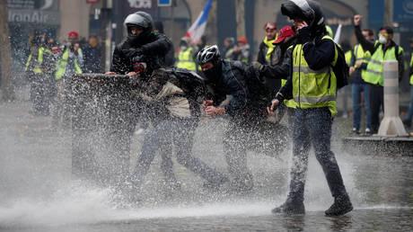 Παρέλυσε το Παρίσι: Οδομαχίες και δακρυγόνα (pics&vid)
