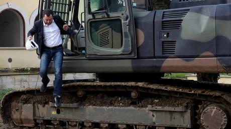 Σόου Σαλβίνι: Κατεδαφίζει αυθαίρετη βίλα με εκσκαφέα μπροστά στις κάμερες (pics&vid)