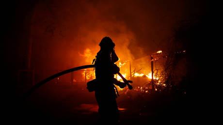 Φωτιά Καλιφόρνια: Πατέρας τραγουδά στην κόρη του καθώς διαφεύγουν από τις φλόγες (vid)