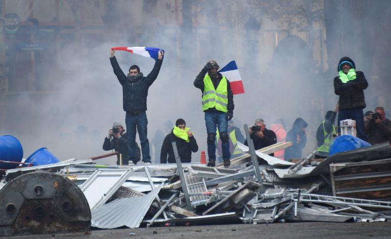 Άγρια συμπλοκή αστυνομίας και διαδηλωτών στο Παρίσι