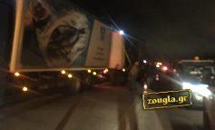 Πυλώνας της ΔΕΗ έπεσε στον παράδρομο της Εθνικής στην Ερυθραία - Από θαύμα δεν υπήρξαν θύματα