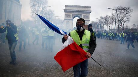 «Κίτρινα γιλέκα»: «Φλέγεται» το Παρίσι – Οδομαχίες, χημικά και εκατοντάδες συλλήψεις (pics&vids)