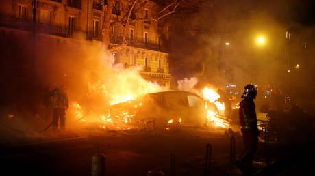 Εικόνα χάους στο Παρίσι: Φωτιές, λεηλασίες και οδομαχίες αστυνομίας – κίτρινων γιλέκων