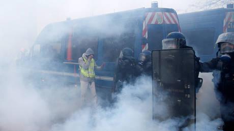 Παρίσι: Δεκάδες τραυματίες από τα επεισόδια αστυνομίας – «κίτρινων γιλέκων» (pics&vid)