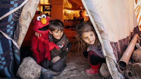 Σουσάμι Άνοιξε: Οι λούτρινοι πρωταγωνιστές διδάσκουν τα προσφυγόπουλα
