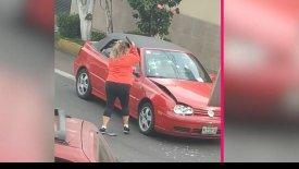 Την τράκαρε και αυτή της… έσπασε το αμάξι! (vid)