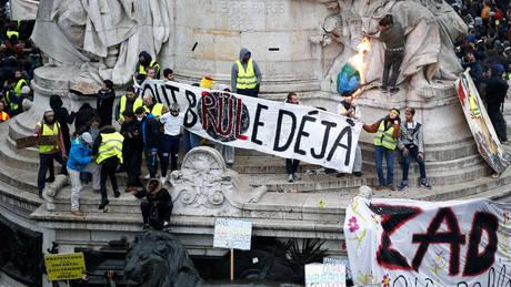 Χάος στο Παρίσι: Φωτιές, δακρυγόνα και εκατοντάδες συλλήψεις «κίτρινων γιλέκων» (pics&vids)