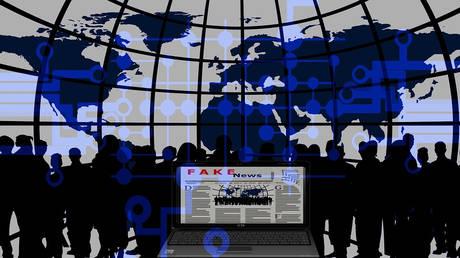 Mηνιαίες εκθέσεις για τα fake news ζητά η Κομισιόν από Facebook, Twitter και Google