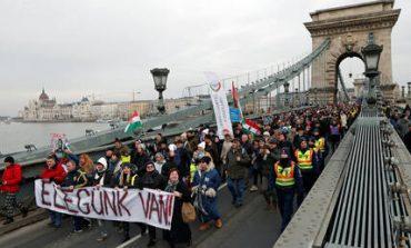 «Αρκετά πια»: Οι Ούγγροι διαδηλώνουν κατά του Όρμπαν και του «νόμου των σκλάβων» (pics)