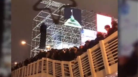 Σοκαριστικό βίντεο από την κατάρρευση γέφυρας σε πάρκο της Μόσχας αμέσως μετά την αλλαγή του χρόνου