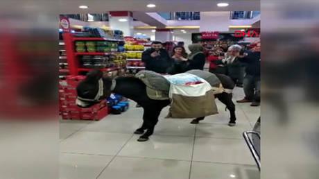 Τουρκία: Πηγαίνουν στο σούπερ μάρκετ με… γαϊδούρια για να μην πληρώσουν σακούλα! (pics&vid)