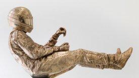 Αυτό είναι το άγαλμα του Άιρτον Σένα στην έδρα της McLaren! (vid)