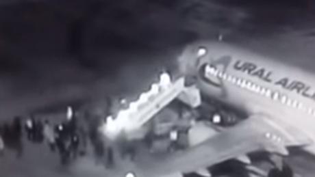 Βίντεο: Κατέρρευσε σκάλα επιβίβασης αεροπλάνου και οι επιβάτες βρέθηκαν στο κενό
