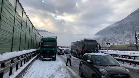 Ιταλία: Χιονοστιβάδα έπεσε σε αυτοκινητόδρομο – Ουρές χιλιομέτρων λόγω των σφοδρών χιονοπτώσεων (pics)