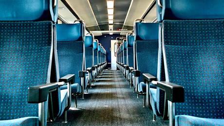 Κατέβηκε από το τρένο για ένα τσιγάρο και άφησε μέσα το… μωρό του (vid)