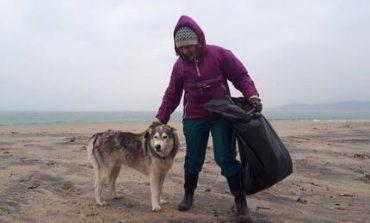 Γνωρίστε την 70χρονη γιαγιά που πέρασε όλο το 2018 καθαρίζοντας παραλίες